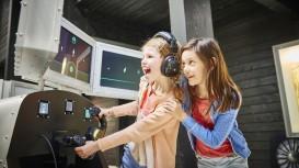 Kinderen worden er uitgedaagd op de vliegsimulator © Provincie West-Vlaanderen